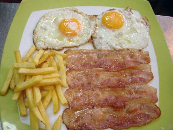 plato combinado huevos patatas y bacon